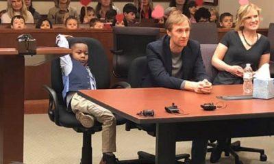 Gest adorabil făcut de un băieţel din America: şi-a invitat toată grupa la tribunal, la procesul său de adopţie