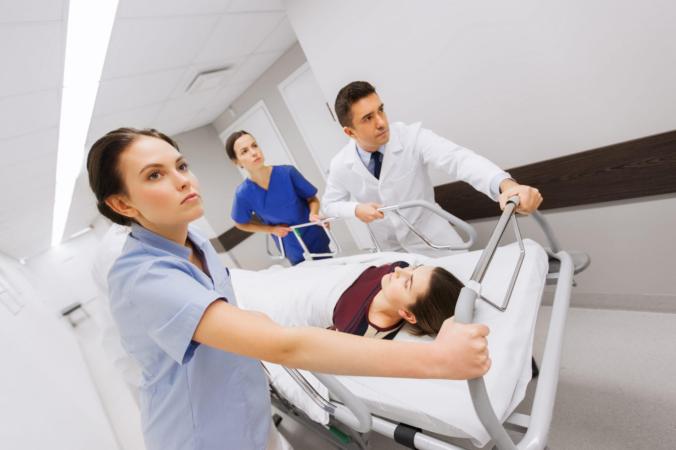 femeie spre sala de operație