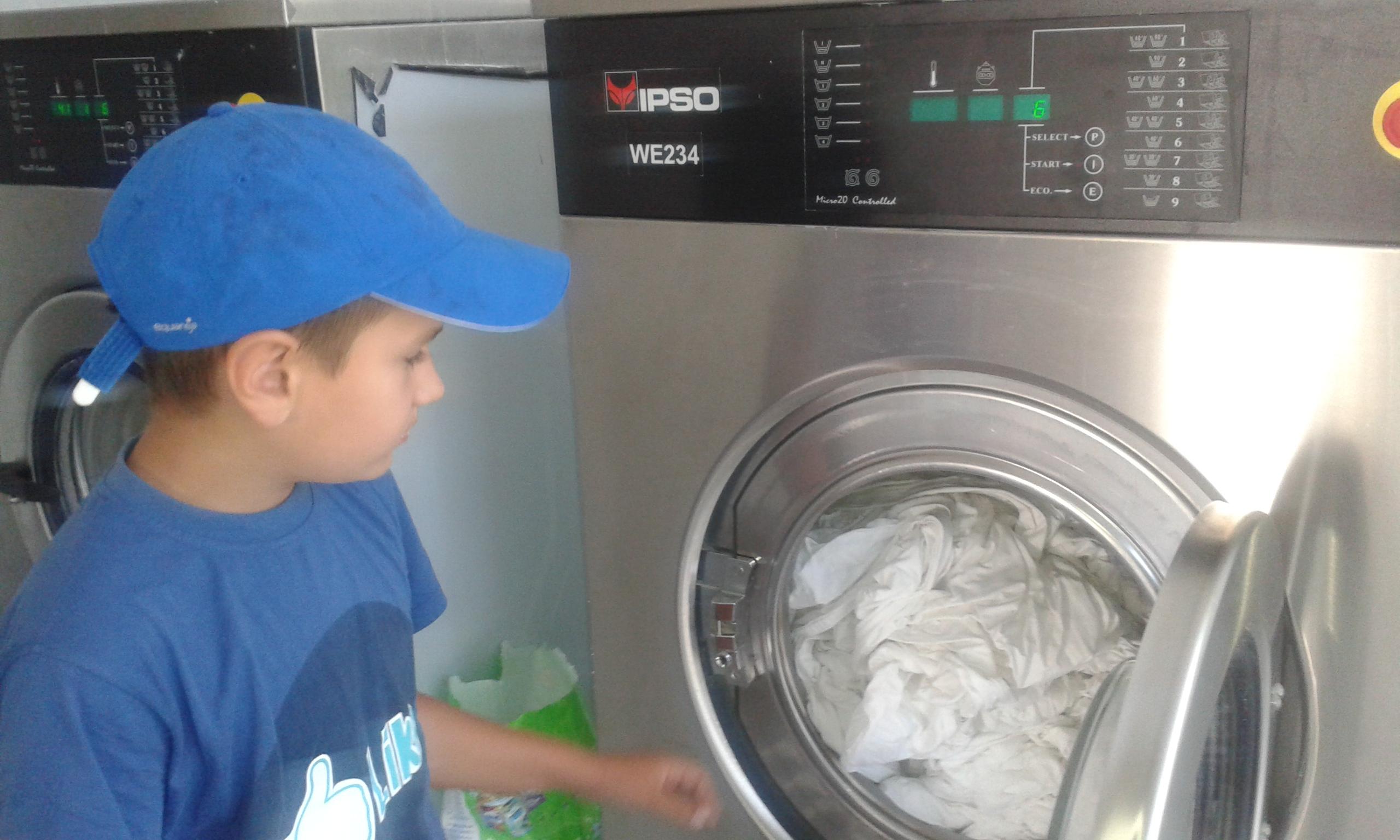 """""""Ani de zile copilul meu a iubit o mașină de spălat mai mult decât un om"""". 10 soluții care au funcționat pentru a-l învață să iubească oamenii"""