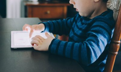 Statul la televizor si pe tableta inseamna un copil care nu face galagie si nici dezordine in casa